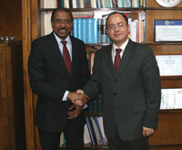 Director Michel Sidibé (left) met with Bogdan Aurescu
