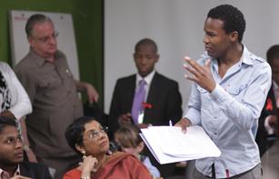 Líderes jovens e criadores de políticas governamentais reunidos na seda da ONU, em Nova York. 26 de julho de 2011. (UNFPA)